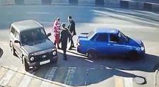 Bir yumrukla iki kişiyi deviren Rus sürücü
