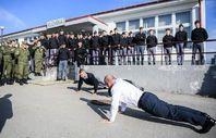 Kosova Başbakanı askerlerle birlikte şınav çekti