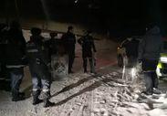 Karlı yamaçta kalkanlarını kızak olarak kullanan Norveç polisi