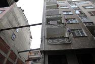 Rize'de eğim oluşan binaya demir direkli önlem