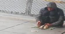 Sokakta farelerle gösteri yapan adam