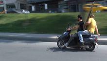 Motosikletle mobilya parçası taşıdılar