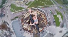 Rusya'da 16 katlı binanın çatısında direk dansı