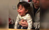 Kahkahasıyla izleyenlere neşe katan bebek