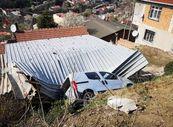 Evlerinin çatısına 4 kere otomobil düştü