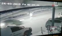 İzmir'de otomobilin yaya çarptığı an