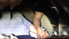 Kazada araçta sıkışan eşinin elini bırakmadı