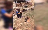 Av tüfeğiyle ateş eden kadının tehlikeli anları