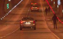 Dolmabahçe Tüneli'nde patenli gençlerin tehlikeli yolculuğu