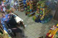 Silahlı hırsızı süpürgeyle kovaladı