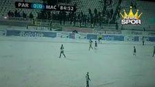 Partizan taraftarı yan hakem kar topu fırlattı