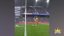 Topu kontrol edemeyen kaleci golü yedi