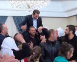 Suriyeliler Esad'ı omuzlarında taşıdı