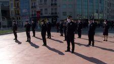 Taksim'de polislerden sosyal mesafeli tören
