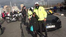 Taksim'de üşüyen Suriyeli kıza polisten yardım