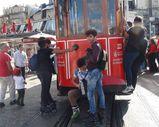 Gençlerin nostaljik tramvaydaki tehlikeli yolculuğu