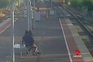 Avustralyalı genç sevgilisini trenin altına itmek istedi