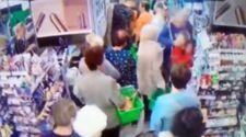 Ukrayna'da market sırasındaki küçük çocuğa saldırı