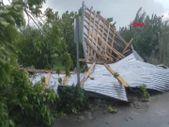 Iğdır'da 80 kilometre hızla esen rüzgar çatıları uçurdu