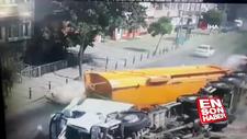 Üsküdar'da taş yüklü harfiyat kamyonu devrildi