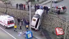 Dikkatsiz sürücü duvarda asılı kaldı