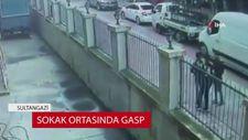 İstanbul'da sokak ortasında gasp dehşeti kamerada