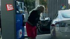 Tesla Model S'e benzin doldurmaya çalışan kadın
