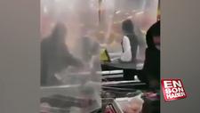 Koronavirüsten korunmaya çalışan market çalışanları