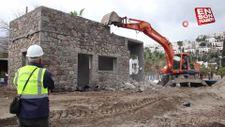 Bodrum'da sahilde bulunan kaçak bina yıkıldı