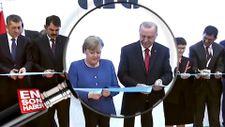 Angela Merkel hediye ve kurdele tepkileri