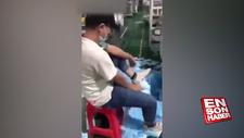 Ürettiği maskelerle ayağını silen Çinli