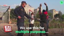 Sokağa çıkanları kıskaçla yakalayan Nepal polisi