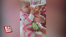 Dondurma yiyen bebeğin komik tepkisi