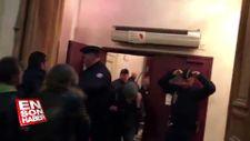 Macron tiyatrodayken protestocular binayı sardı