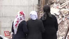 Aileler yıkılan evlerinin enkazının başında göz yaşı döktü