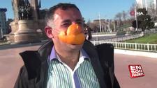 Portakal kabuğundan maske yapıp Taksim'de dolaştı