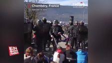 Fransız polisinden oturan protestoculara biber gazı