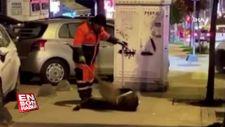 Temizlik işçisi ile sokak köpeği arasındaki sevgi