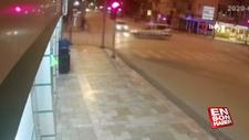 Kırmızı ışıkta geçen otomobil polis aracını devirdi