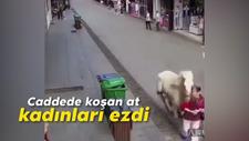 Caddede koşan at kadınları ezdi