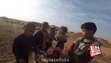 Mehmetçik Suriye'de çocuklara çikolata dağıttı