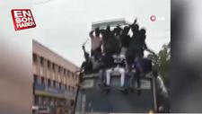Otobüsün üzerinde seyahat eden 30 öğrenci yere düştü