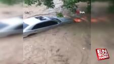 Arabası sele kapılan adamın çaresiz anları