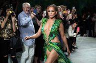 Yeşil elbiseli Jennifer Lopez, podyumu salladı