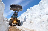 Nisan ayında Yüksekova'da 5 metrelik karla mücadele