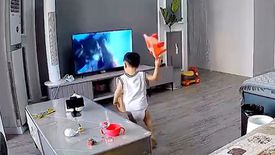 Çin'de süper kahramana yardım etmek isteyen çocuk televizyonu kırdı