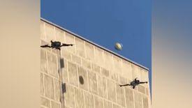 Voleybol oynayan drone'lar