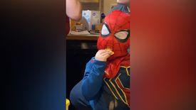 Örümcek adam maskesiyle atıştırmalık yiyen ufaklık